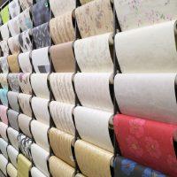 Papier-peint uni VS motif : lequel choisir ?